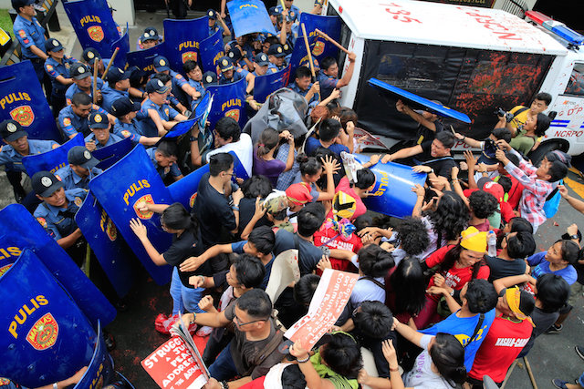 d5beaa2bd3 Manila police van rams into protesters at anti-US rally